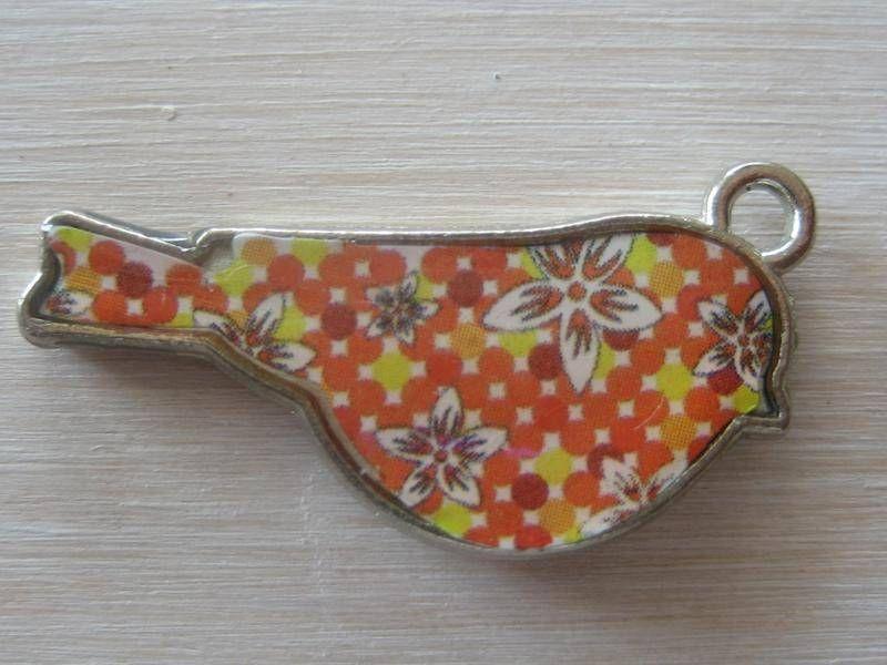 """breloque """"oiseau"""" jaune et orange motif fleur - perles - l'atelier"""