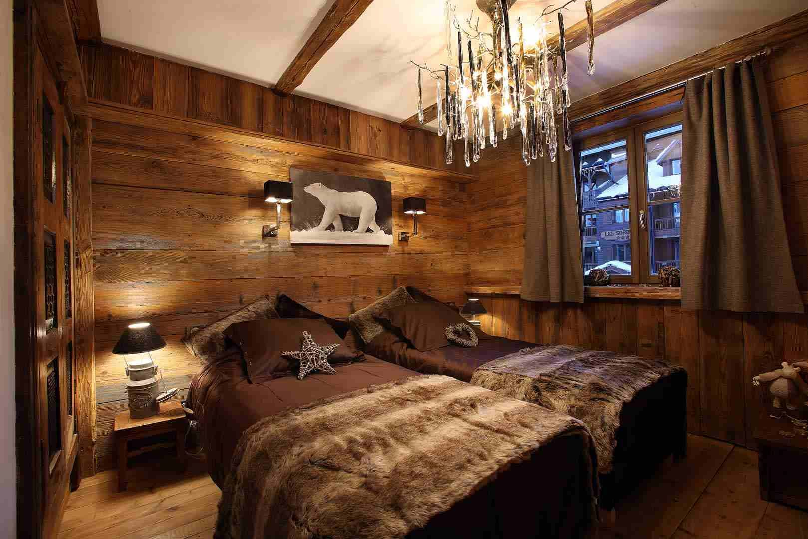 D co int rieur style chalet id es pour atmosph re chaleureuse rev tement en bois revetement for Interieur de chalet