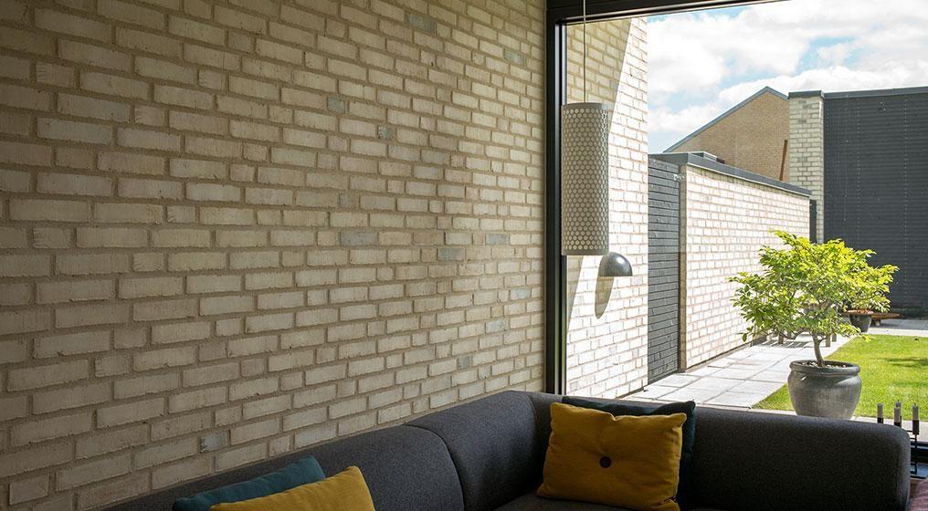 Brug mursten både inde og ude - og opnå en interessant kontrast til de ellers glatte flader i et nybygget hus.