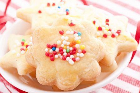 Butterkekse Rezept  180 g Butter 1 Stk. Ei 250 g Mehl 1 Handvoll Mehl (für die Arbeitsfläche) 1 TL Zitronensaft 80 g Zucker 1 EL Milch Nach Belieben Zuckerperlen (oder Streuseln)