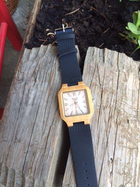 orologio in legno con cinturino in cuoio