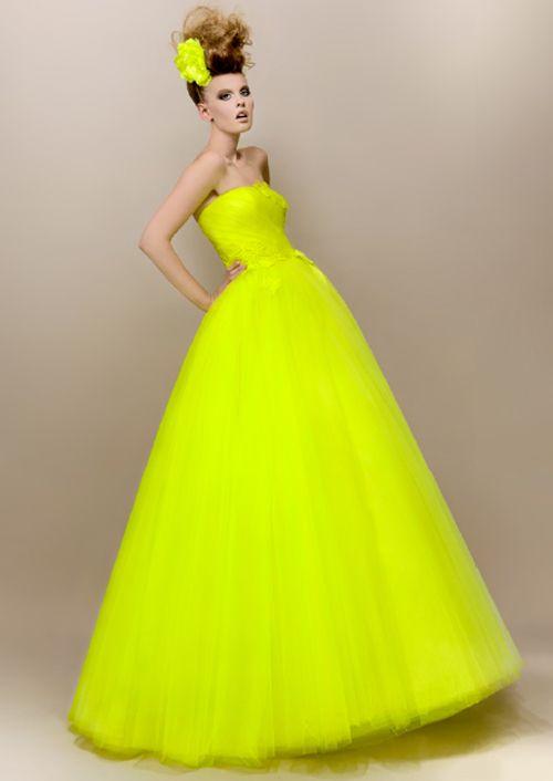 a776fc34d7 Vestido de novia en color amarillo neon - Foto Max Choul Couture ...