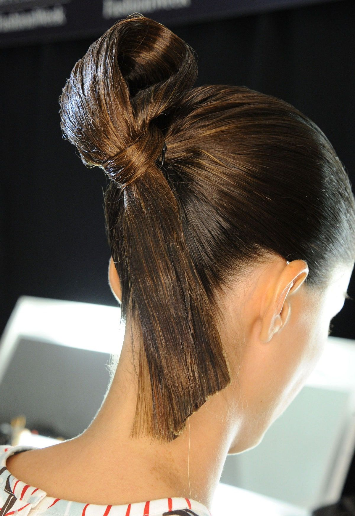 The Cool Sumo Knot Hairstyle From The Carolina Herrera Spring 2015 Fashion Show Glamour In 2020 Sleek Hairstyles Cool Hairstyles Fashion Week Hair