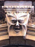 Trieste – Mascherone sull'arco del portone di via Revoltella 19