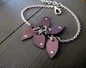"""Bracelet """"feuilles"""" en cuir bronze : Bracelet par mandilo"""