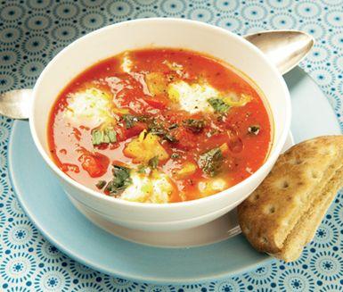 Tomat- och paprikasoppa med mozzarella är en mättande och värmande tomatsoppa med paprika och potatis. Soppan kryddar du med citronskal och basilika innan den serveras med krämig mozzarella i bitar.