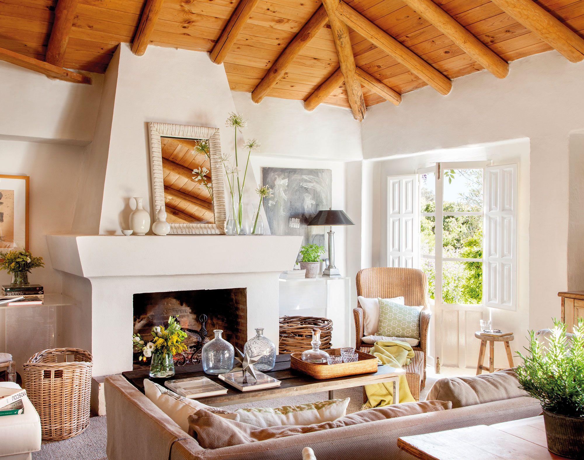 Sal n r stico campestre con gran chimenea techo de madera - Techos de madera rusticos ...
