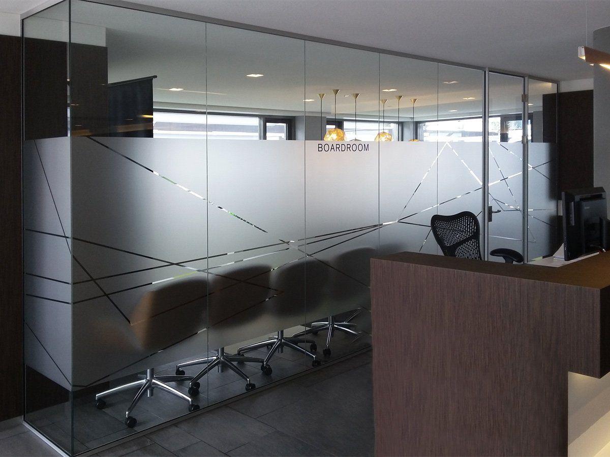 Privacy en sfeer op kantoor door gepersonaliseerde glasdecoratie
