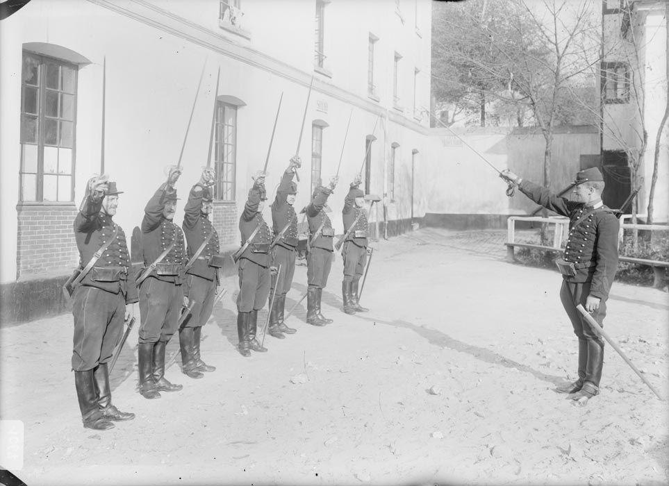 1914 la vie à la caserne: la charge à l'épée des cavaliers
