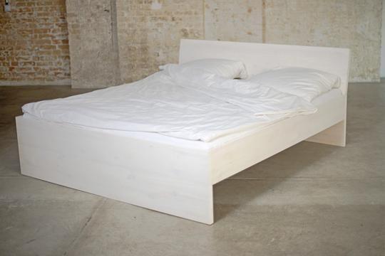 Minimalsitisches Bett in Komforthöhe mit Kopfteil ohne