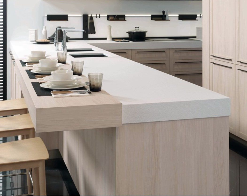 This Gorgeous Porcelanosa Kitchen Is Immaculate And Modern The Snow White Krion Worktops Gives This Kitchen Such A S Cuisines Maison Cuisine Blanche Idee Deco