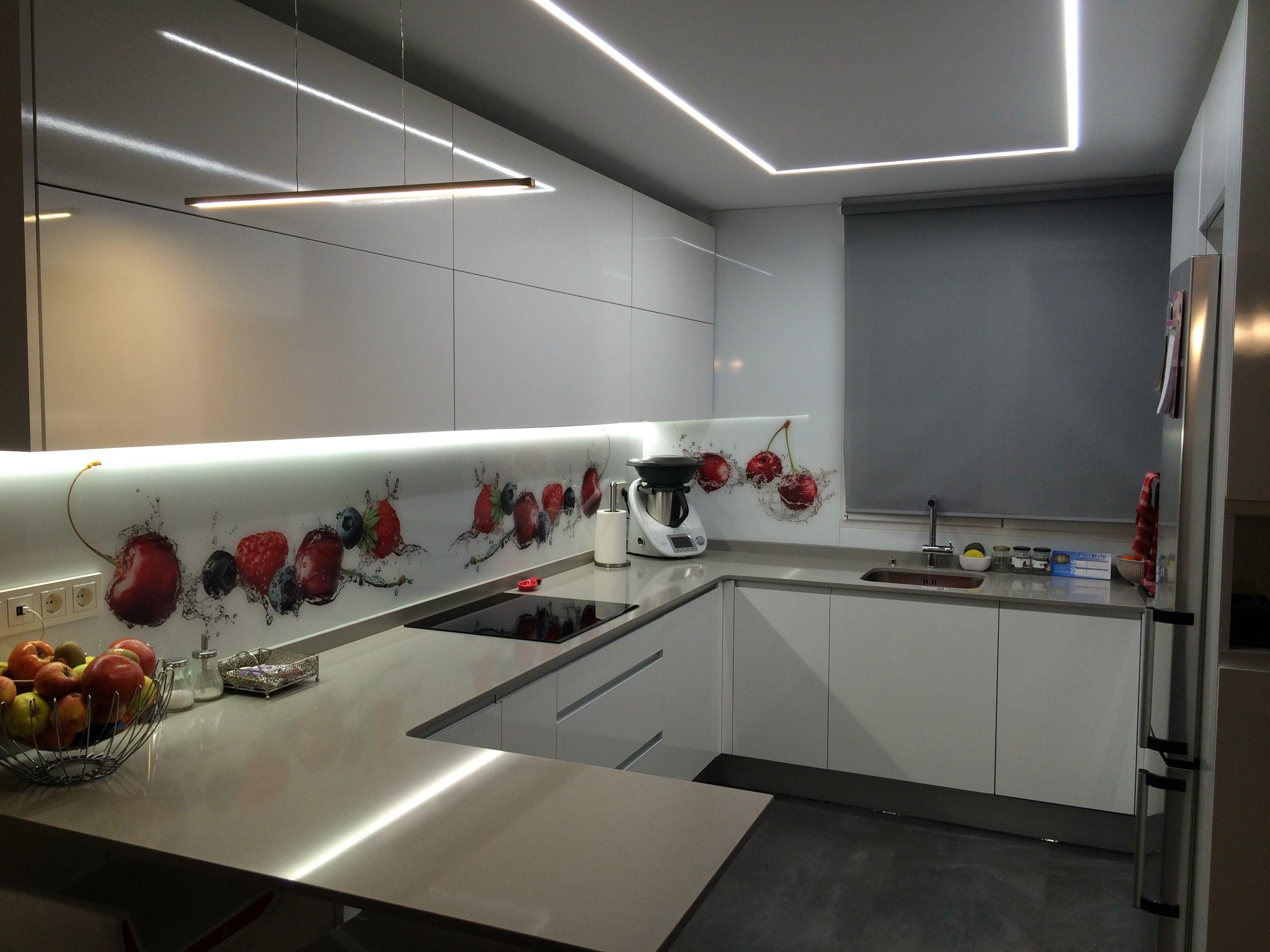 Cocina moderna con luz led en el techo y bajo el mueble for Frente cocina cristal