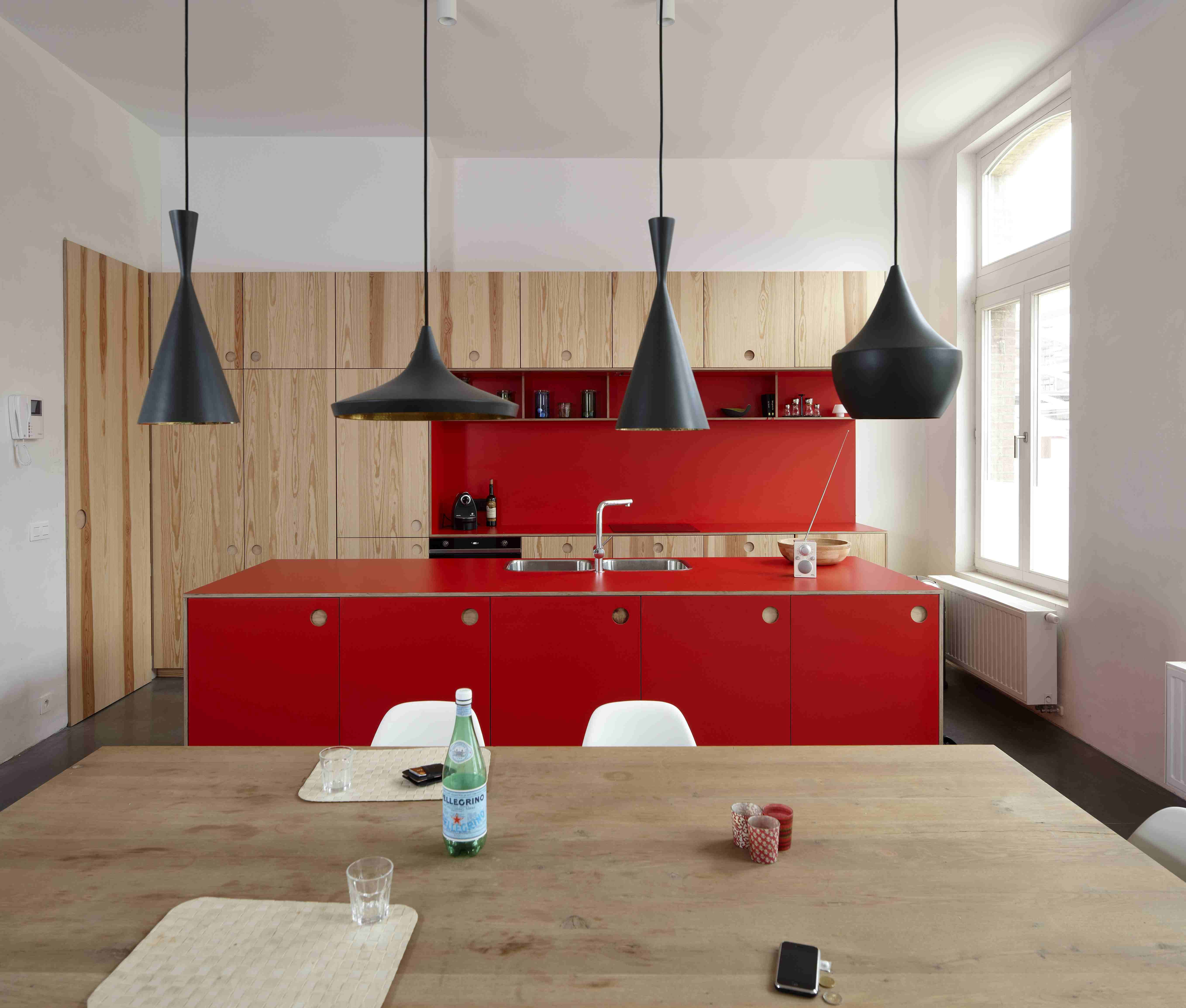Cucina moderna rossa,rivestimento in legno e lampadari a ...