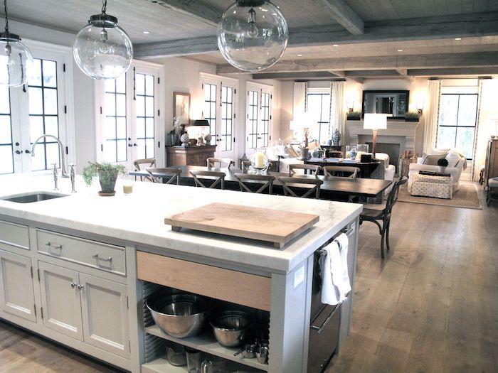 Offene Küche mit drei gerundeten Lampen und einen langen Esstisch - theke für wohnzimmer