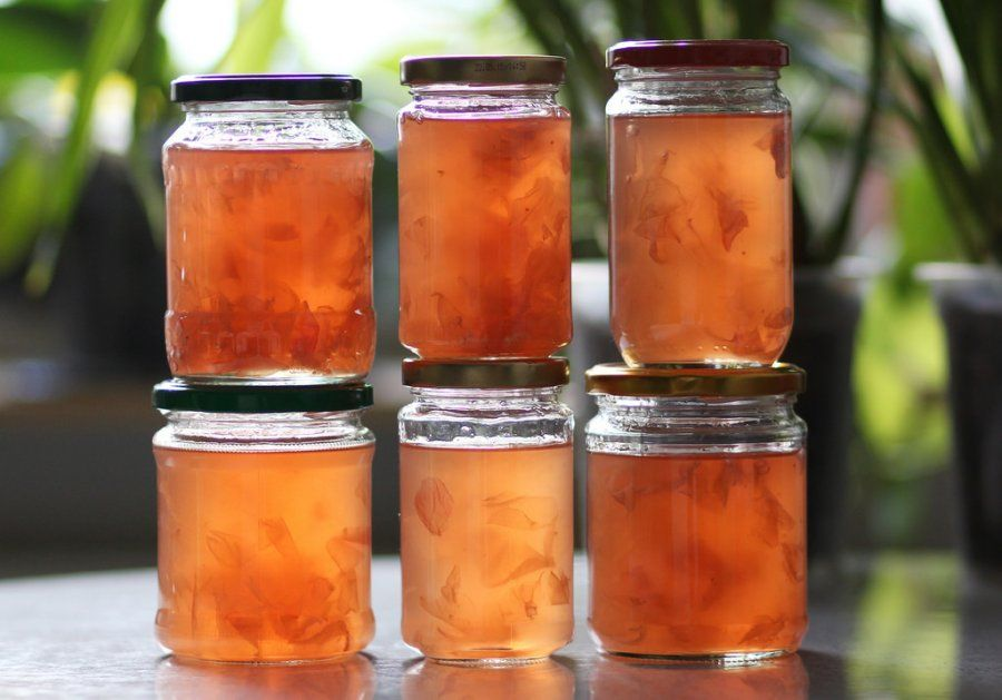Wer Rosenblütengelee selber machen möchte, ist mit diesem Rezept hier bestens bedient. Es ist einfach und lecker!
