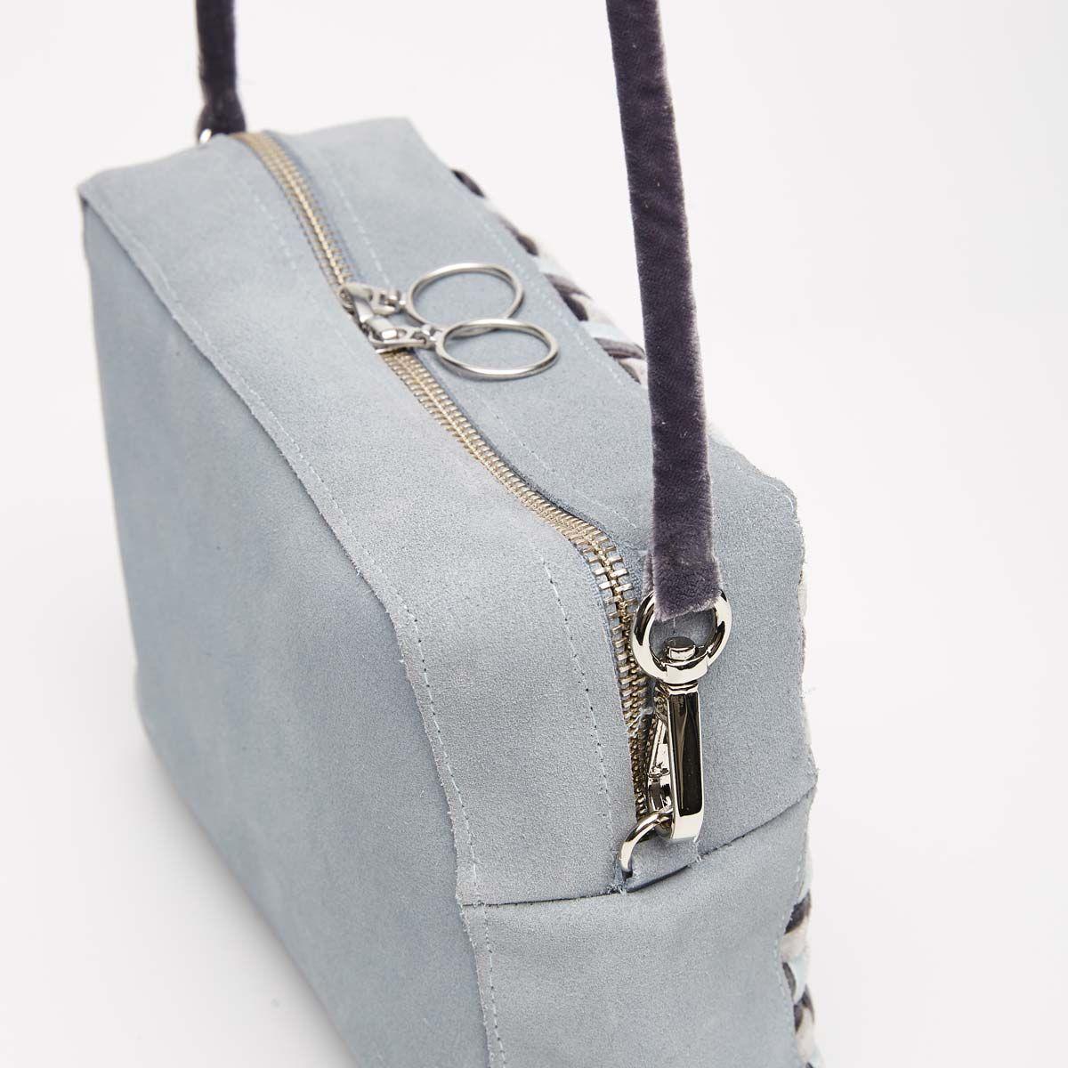 6107a8700d6 Es un bolso shoulder y clutch de estructura muy sencilla, en el que los  paños