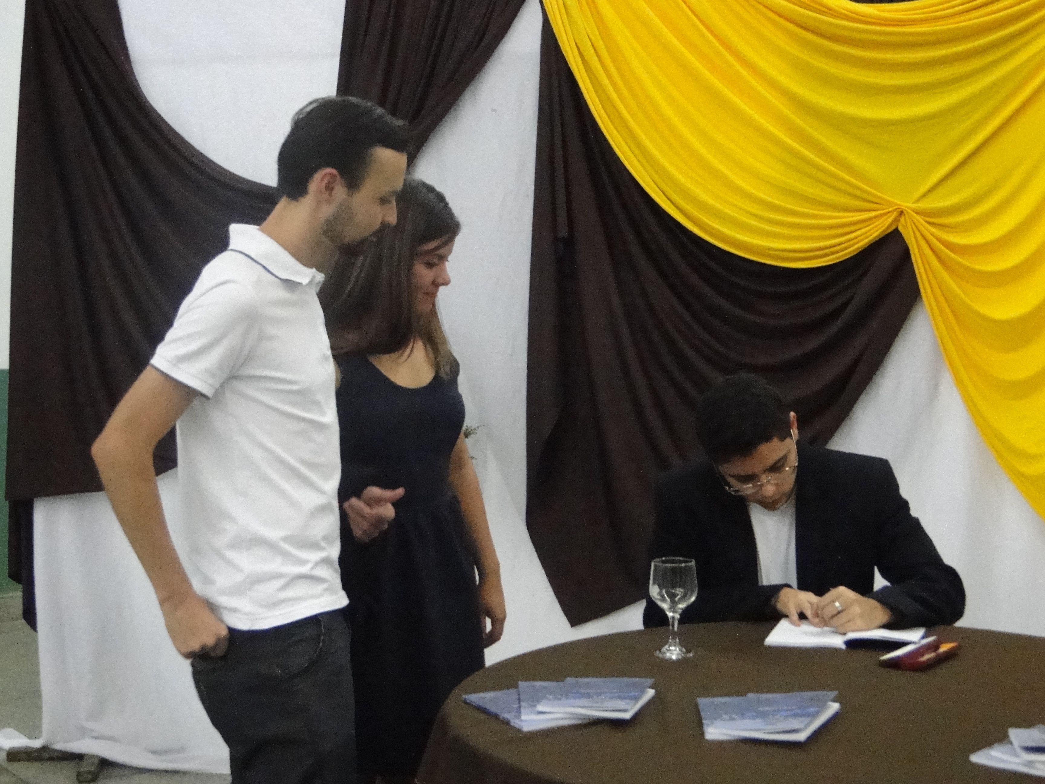 O #escritor #MatheusLCarvalho autografando seu #livro #OValeDosLobos para os amigos Jéssika e Bruno.
