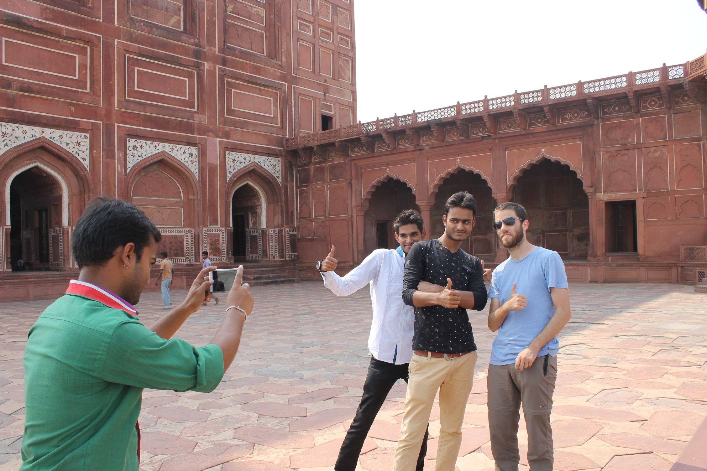 Dani fotografíado con unos 'amigos' indios en la mezquita del Taj Mahal