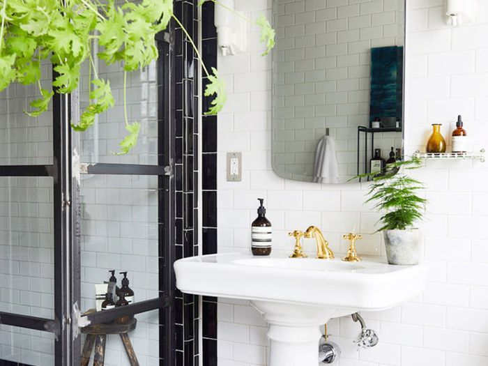 A Feng Shui Expert Would Never Place A Mirror Here And This Is Why With Images Feng Shui Mirrors Mirror Placement Feng Shui Bathroom