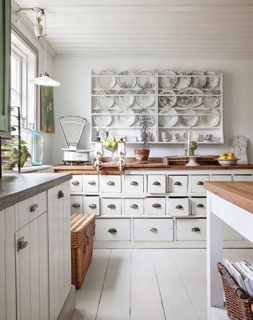 Valkoinen maalaisromanttinen keittiö. Puusepäntyötä parhaimmillaan