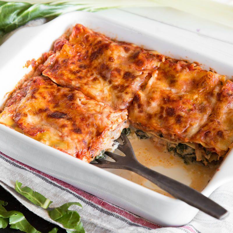 Was tun mit Mangold? Wie vorbereiten und zubereiten? Wie kochen, braten und grillen? Alles, was du über das spinatähnliche Gemüse wissen musst.