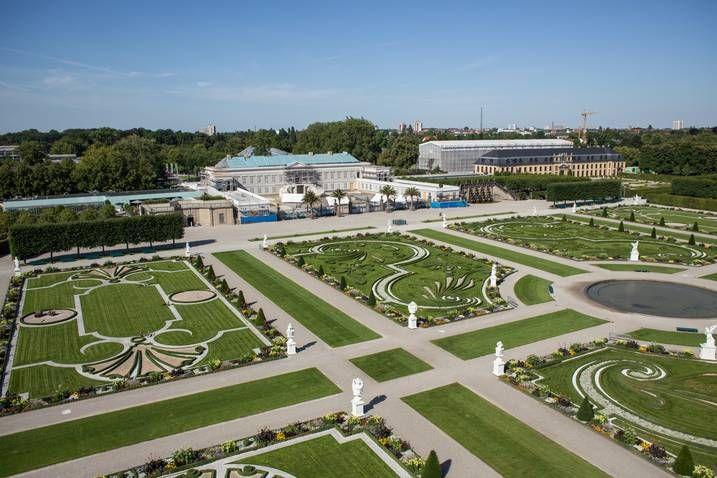 Wiederaufbau von Schloss Herrenhausen: Luftaufnahme vom Großen Garten auf das Gebäude im Sommer 2012 (Foto: Coptograph).
