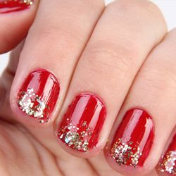 See how you can score your own glittery mani in a few easy steps!