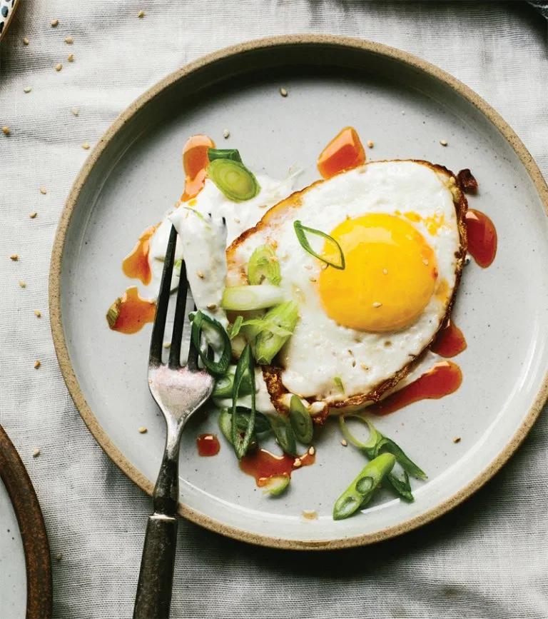 Fried eggs with yogurt and sesame seeds recipe Recipe