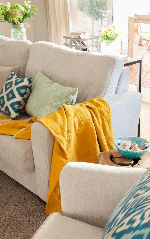 Cocina rústica en verdes, grises y office con sillas amarillas ...