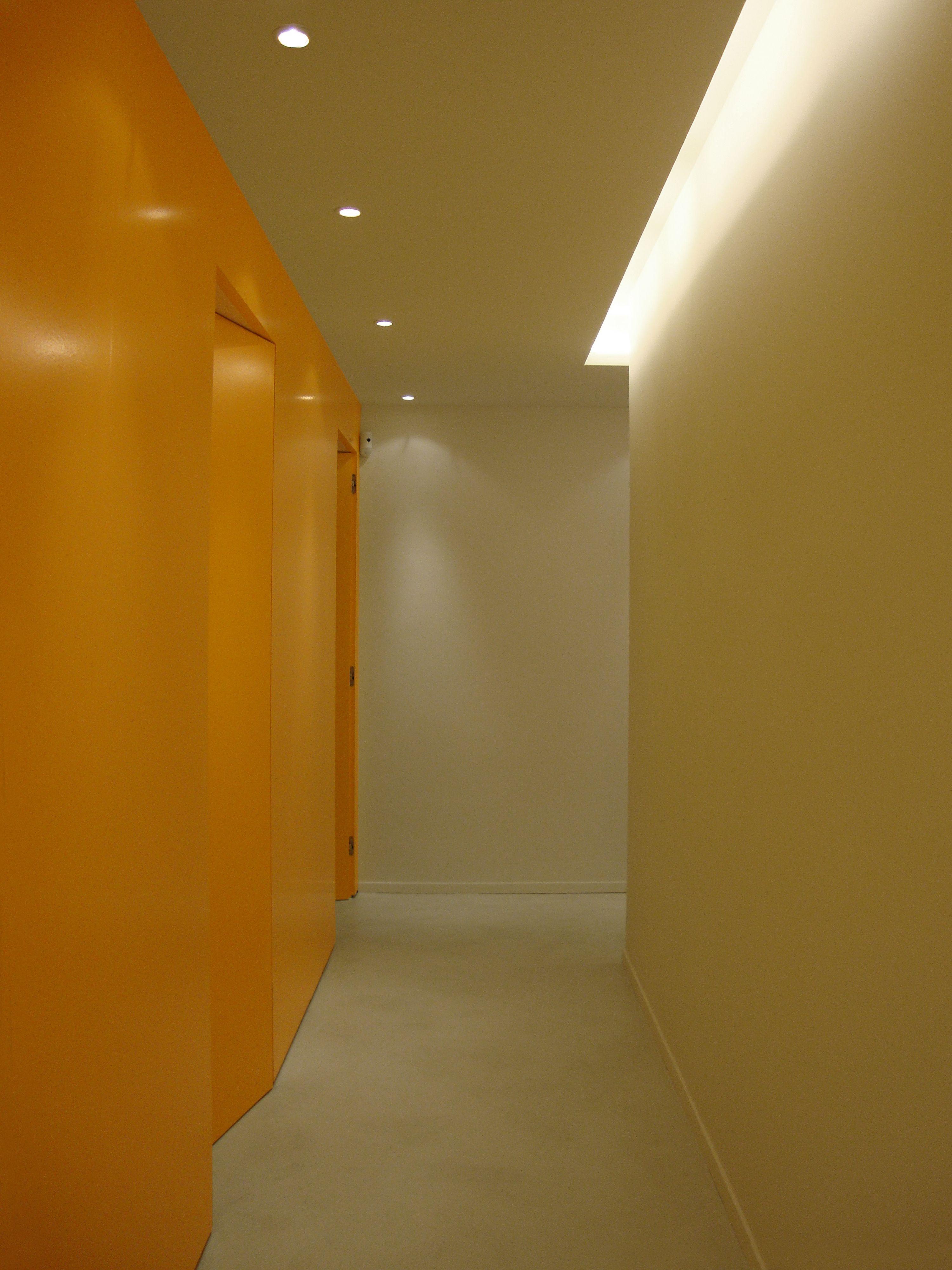 Pasillo de cabinas del centro de adelgazamiento #Snella en #Barcelona   #lockerroom #slimming #corridor #wood