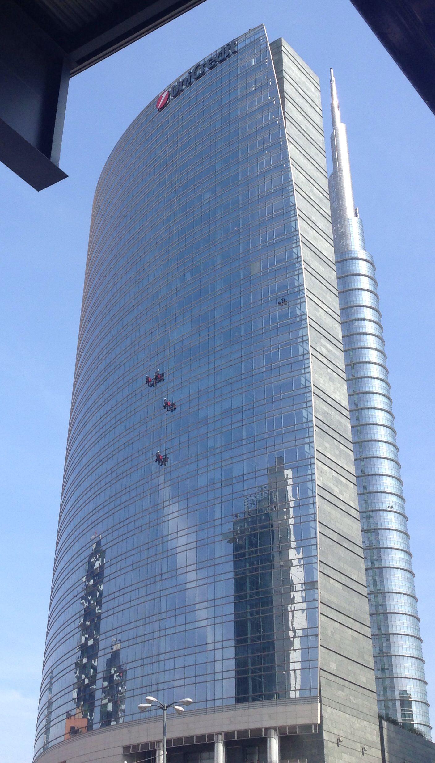 Pulizie di primavera sul grattacielo Unicredit!