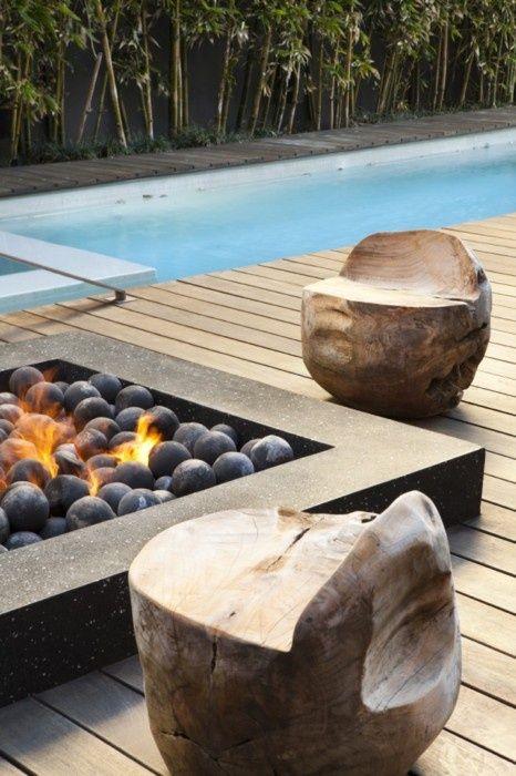 Aménagement extérieur moderne piscine foyer tabourets terrasse ...