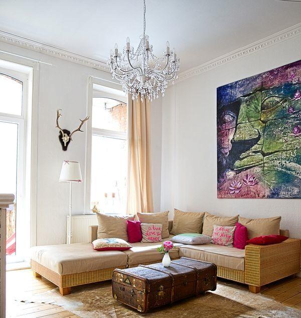 Wohnzimmer, Sofa, Altbau, Bild aus Thailand, Geweih, Kronleuchter