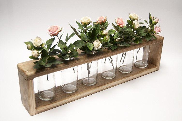 Tafeldecoratie met bloemen. Zes glazen vaasjes in een omlijsting van sloophout - gelakt. Het is mogelijk om het bovenpaneel los te maken zodat de vaasjes ook schoon gemaakt kunnen worden. Lengte van de tafel decoratie is 47cm.'Authentieke, handgemaakte interieurstukken voor huis en tuin. H.T.I. Hermans Thijs.