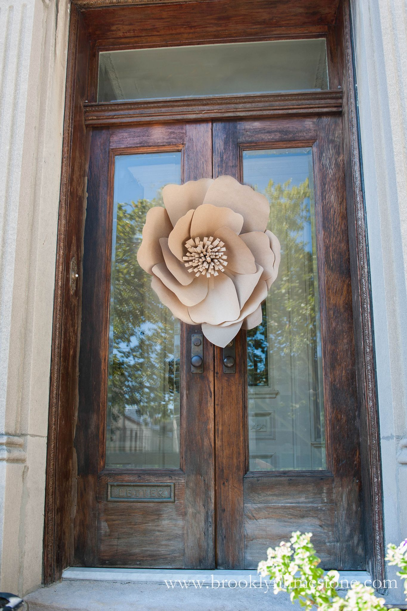 Httpsflicpovpcbm kraftpaperwreathwmwww find this pin and more on fabric and paper flowers dhlflorist Images