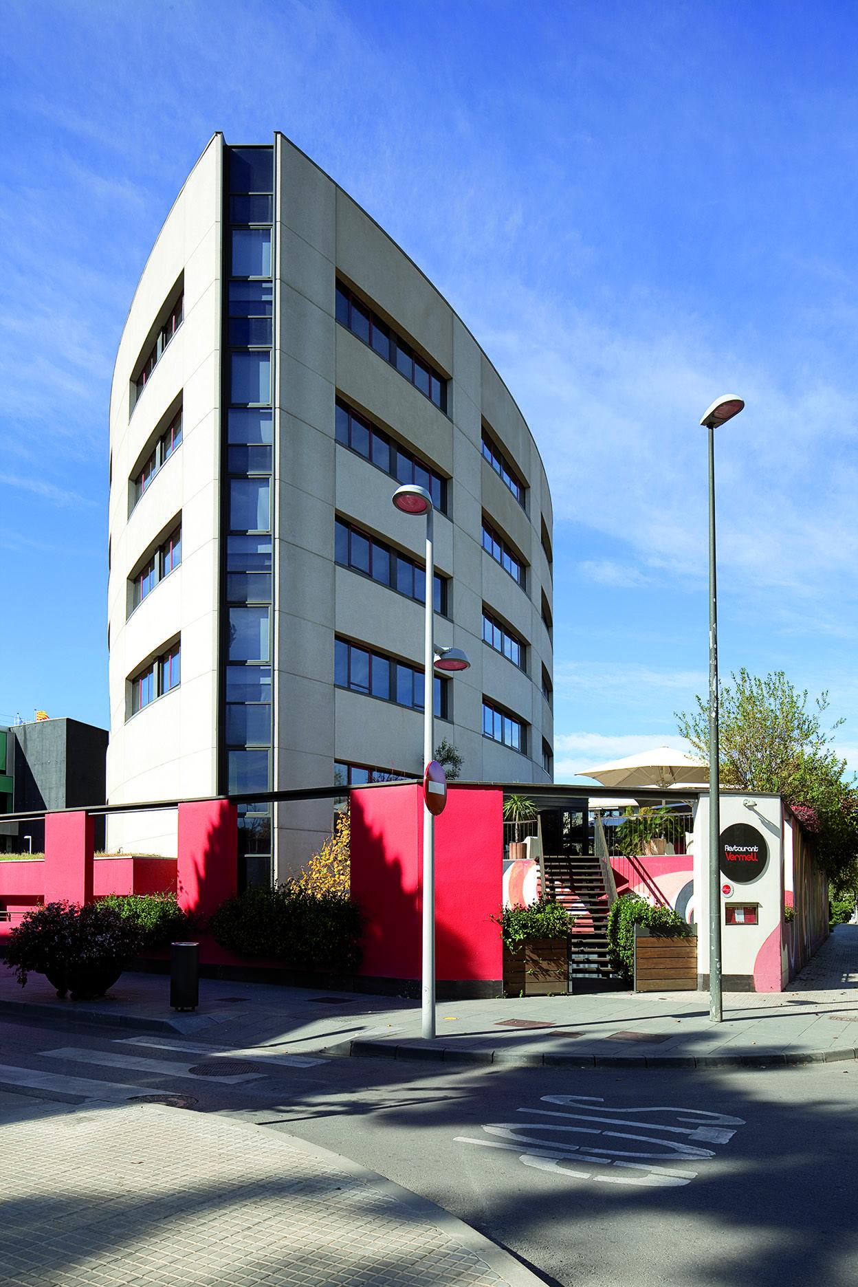 A 15 Km. de Barcelona, el #hotel está situado en pleno centro de la ciudad, entre las calles Cèsar Martinell y Rambla del Celler. Al lado del Ayuntamiento, entre el Auditorio y el Monasterio.
