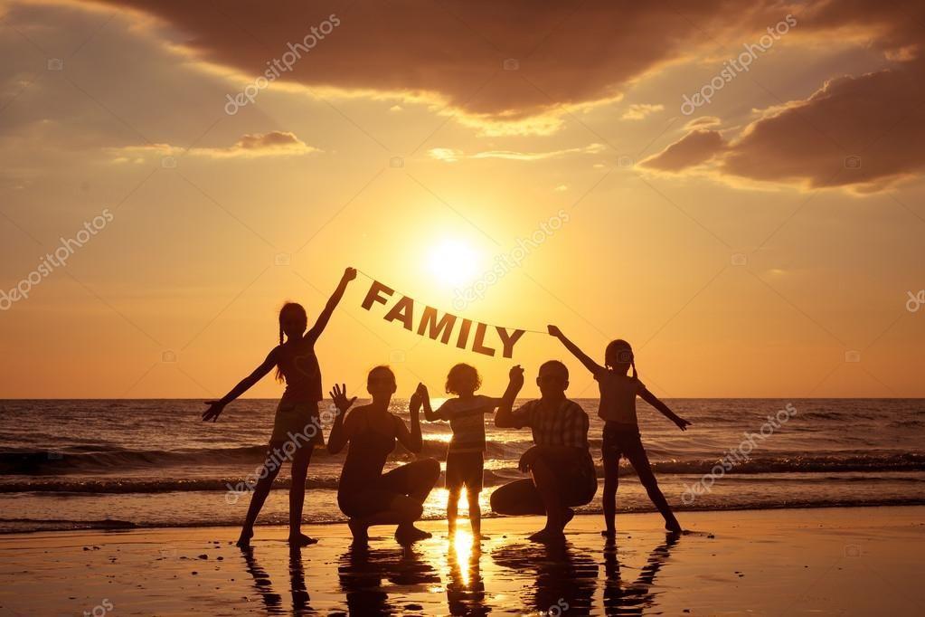 Скачайте стоковую фотографию Счастливая семья, стоящая на ...