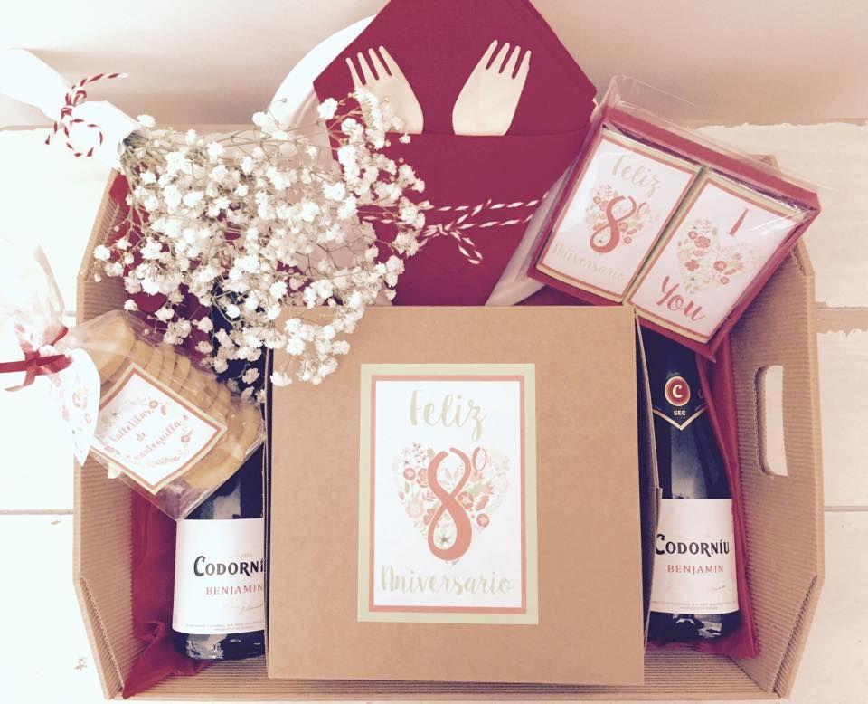 Cesta regalo tu y yo para celebrar 8 añitos de amor!! Cupcakes, galletitas de mantequilla, chocolatinas personalizadas, cava y un ramillete de paniculata...