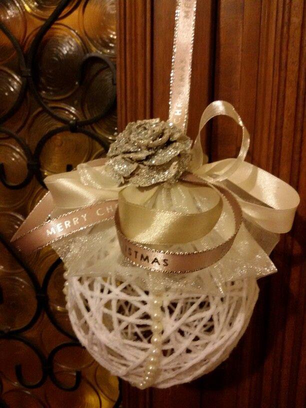 Pallina natalizia creata con tecnica del palloncino,lana e colla vinilica.decorata con pigna verniciata perline e nastrini.