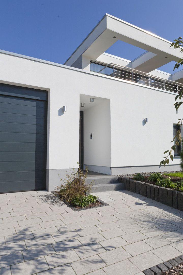 sch ner einfahrtsbereich mit hauseingang und silkstone platten aufgelockerte gestaltung durch. Black Bedroom Furniture Sets. Home Design Ideas