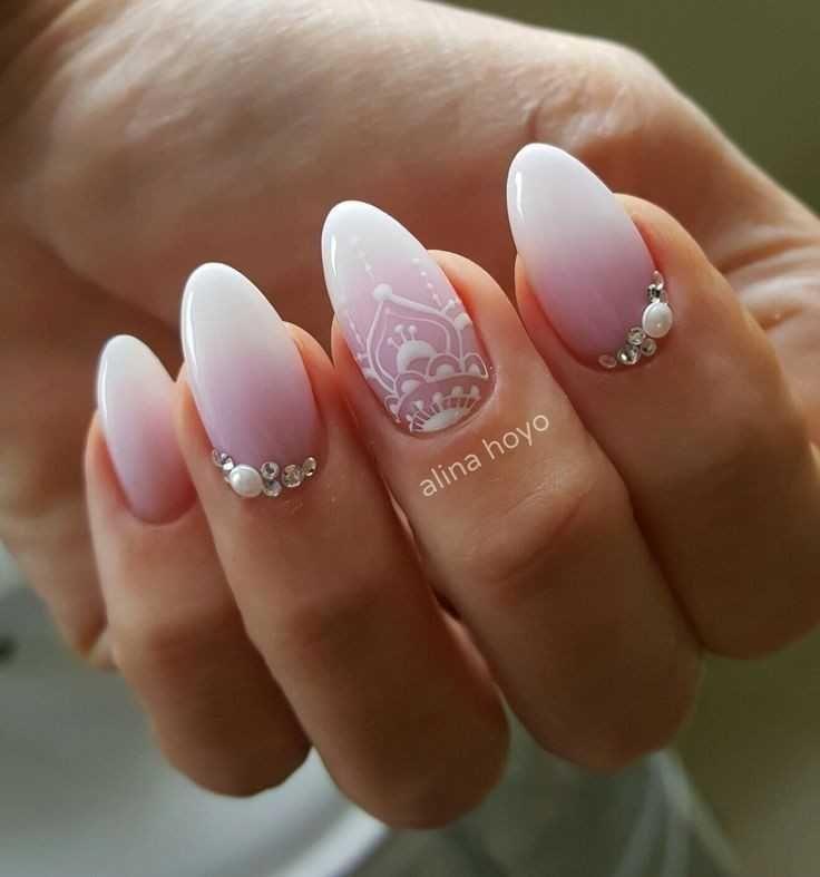 unghie chic semplici e veloci da realizzare senza difficoltà perfette per  le serate estive. Geometriche in trend con il 2017