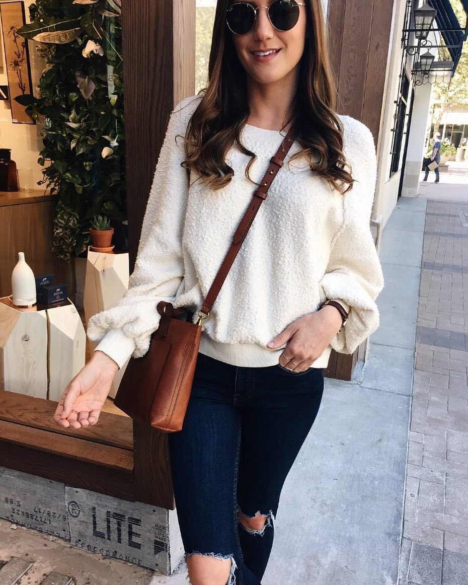 See Instagram photos and videos from Tyler (@girlmeetsgold) Fall Style | Fall Outfit Inspiration | Casual Fall Style | Madewell Mini Transport | Free People Sweatshirt | Cream Sweater Outfit | Neutral Fall Style | Round Ray-Ban Sunglasses