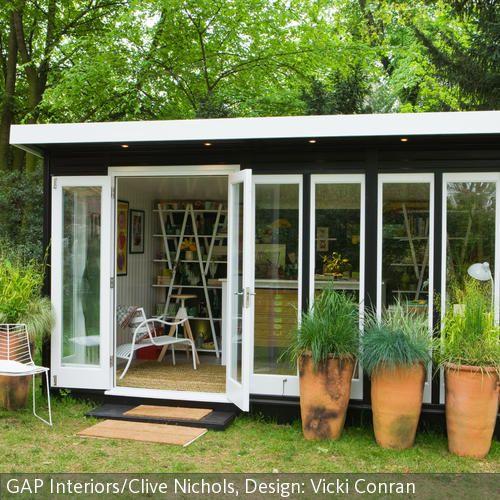 Kleines Gartenhaus mit deckenhohen Fenstern Kleines