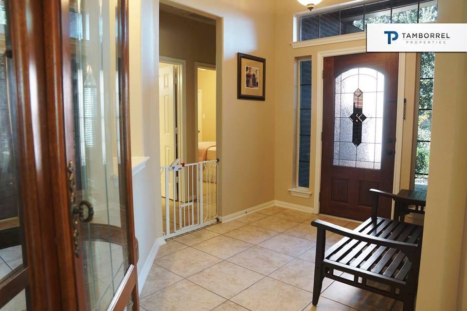 Encantadora entrada con detalles y decoraciones de madera, ¿te gusta? #casas #thewoodlands #houston #interiores #decoración #puerta #madera