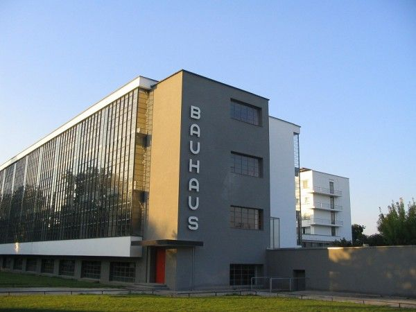 Dessau Bauhaus  Giovanni Medeiros 1  Edificio da Bauhaus em Dessau  Fundada em 1919, após a primeira guerra mundial, por um grupo dearquitetos e artistas, dentre os quais se destaca Walter Gropius que a dirigiu até1928, a escola alemã, foi a principal instituição de ensino de arquitetura e artesaplicadas, que procurou restabelecer o contato entre o mundo da arte e o mundo da produção.
