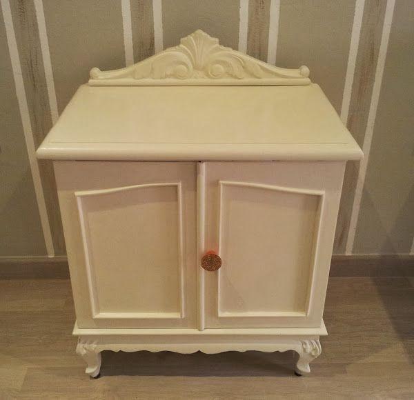Mesilla de madera de castaño decorada y pintada en blanco roto ...