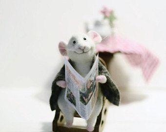 Kleine weiße Maus in ein Bunny Anzug. Er hat in seinen Pfoten-Geschenk. der Hut und Pullover können entfernt werden. Massanfertigung! BITTE BEACHTEN SIE! Spielzeug enthält Kleinteile, die nicht für Kinder zu spielen, dieses Sammlerstücke Spielzeug gedacht! == DETAILS == • • • Kundenspezifisch konfektioniert! Jedes neue Spielzeug werden, nicht wie das vorhergehende, mit seinen eigenen einzigartigen Charakter unterscheiden. Bitte erkundigen Sie sich vorher wenn ich keine...