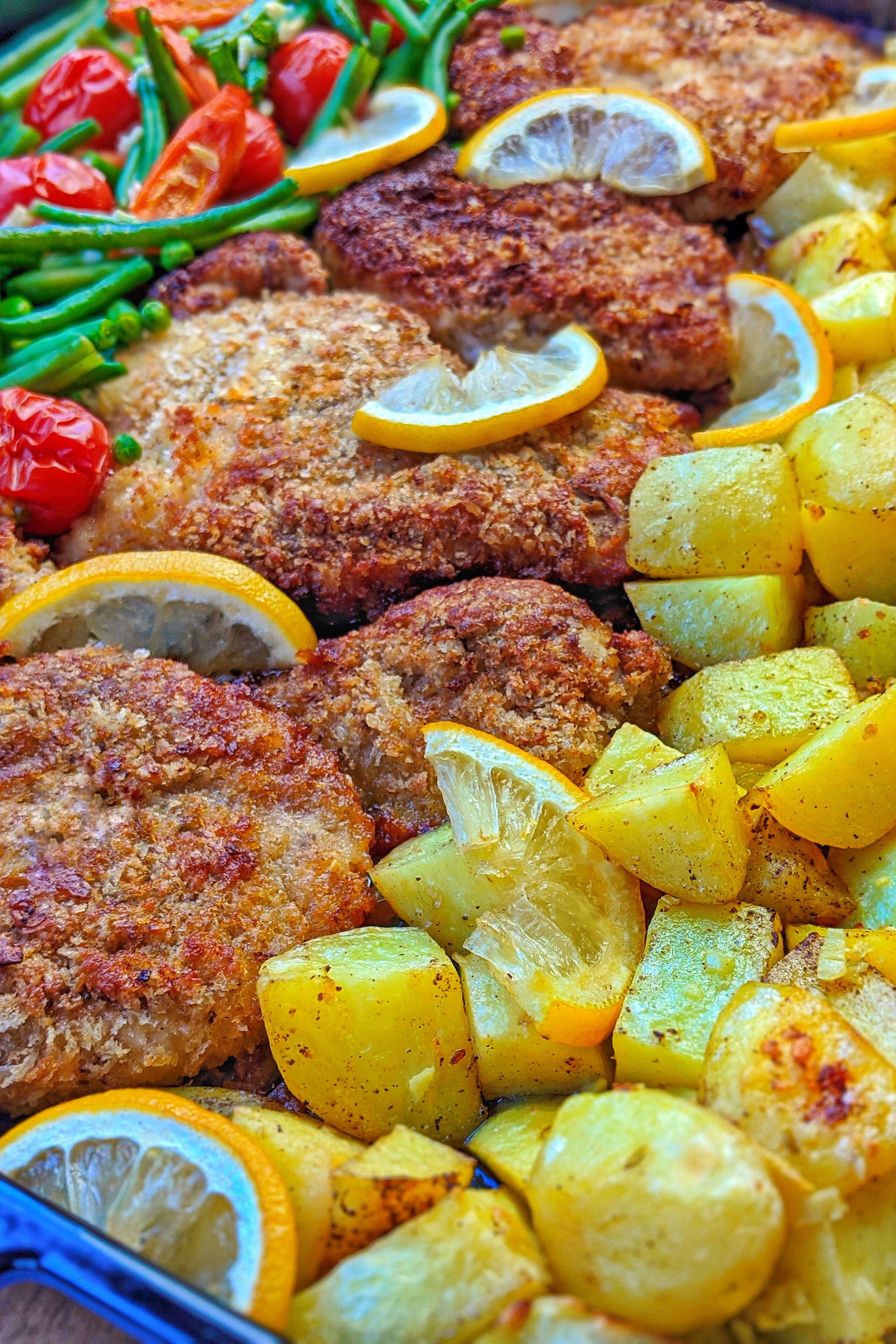 Parmesan Hähnchenschnitzel aus dem Ofen mit Gemüse und Kartoffeln - Fertig in 35 Minuten