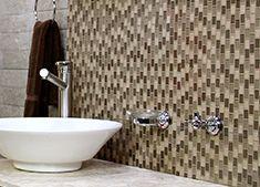 Dale a tu baño un acabado elegante y contemporáneo recubriendo un muro con malla de vidrio decorativa. Sigue paso a paso la técnica para colocarla, desde hacer los cortes de la malla a la medida del muro hasta la aplicación del emboquillado adecuado.