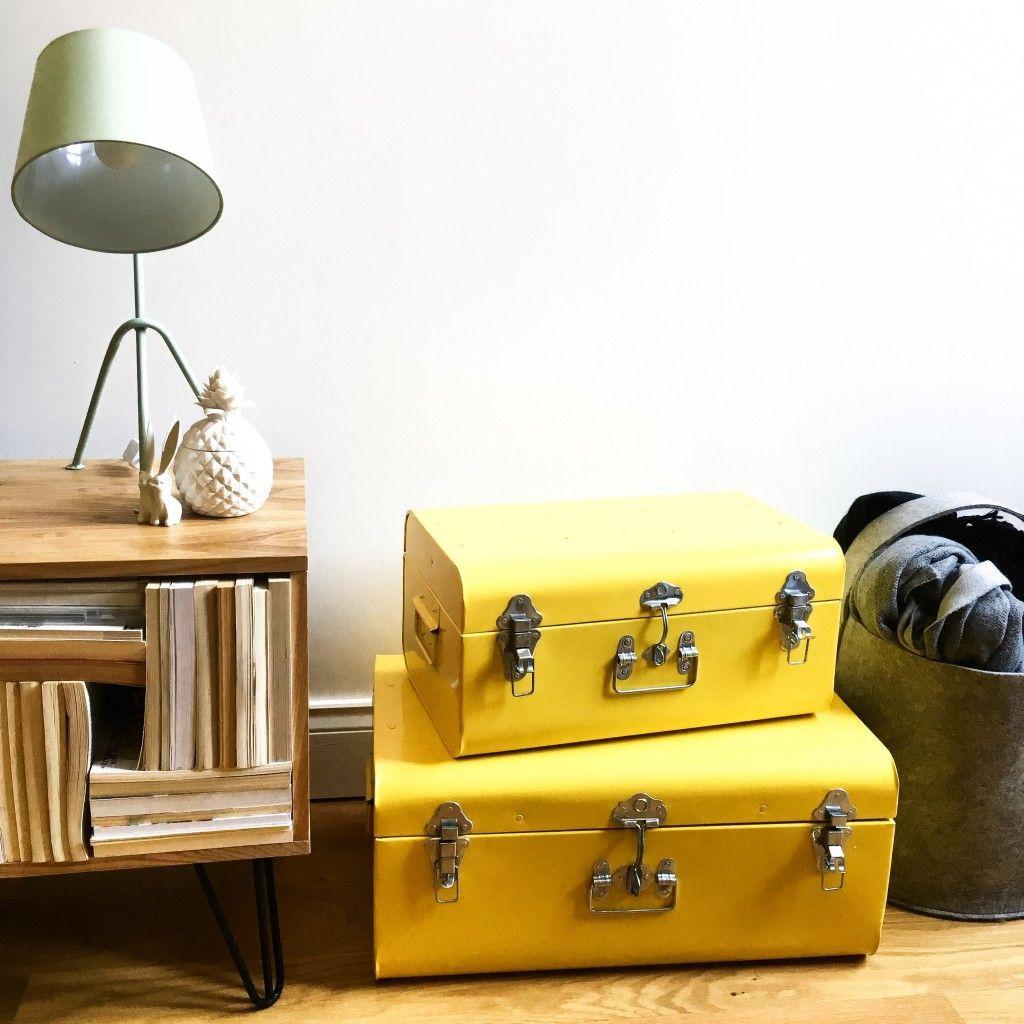 Détails scandinave, meuble TV twist, valises jaunes et lampe d'appoint : l'ensemble venant de Maisons du Monde